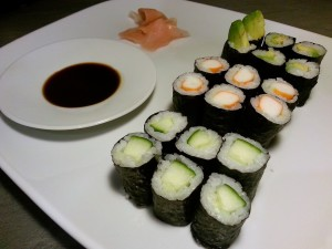 Hoso-Maki Sushi mit Avocado, Gurke und Surimi