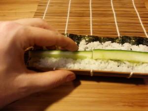 Fingerposition beim Hoso-Maki Sushi rollen
