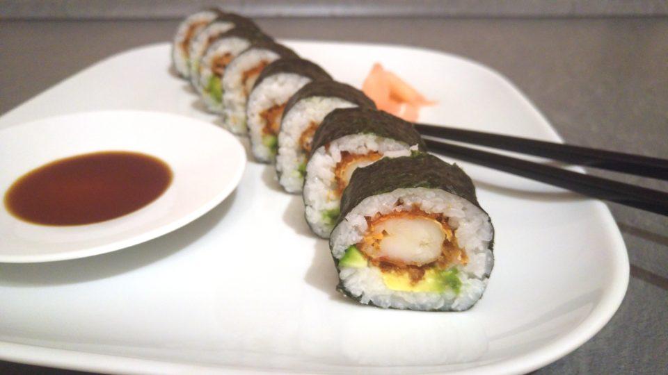 Futo Maki Sushi mit frittierter Garnele, Gurke und Avocado