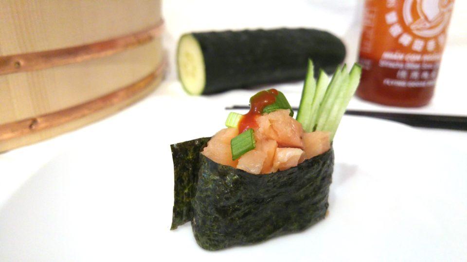 Gunkanmaki Sushi mit scharfem Lachs und Gurke
