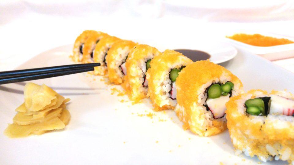 Inside Out Sushi / Ura Mak mit grünem Spargel, Surimi und Masago