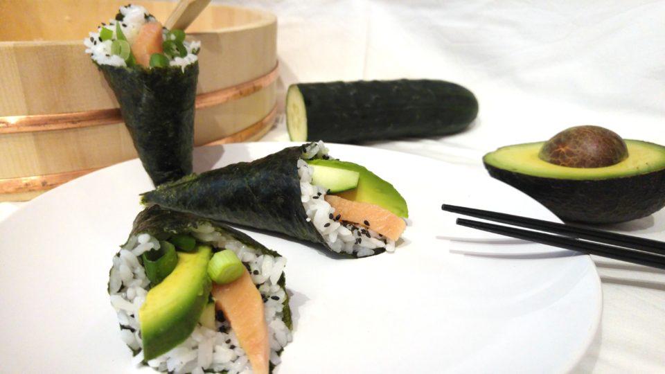 Temaki Sushi mit Lachs, Avocado und Gurke