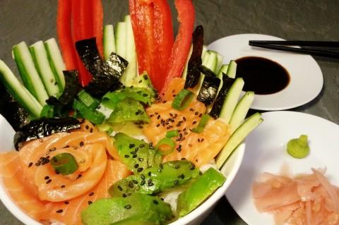 Chirashi-Sushi mit Lachs, Gurke, Avocado, Paprika, Frühlingszwiebel und Nori-Alge