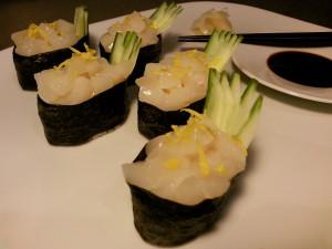 Gunkanmaki mit Jacobsmuscheln, Gurke und Zitronenzesten