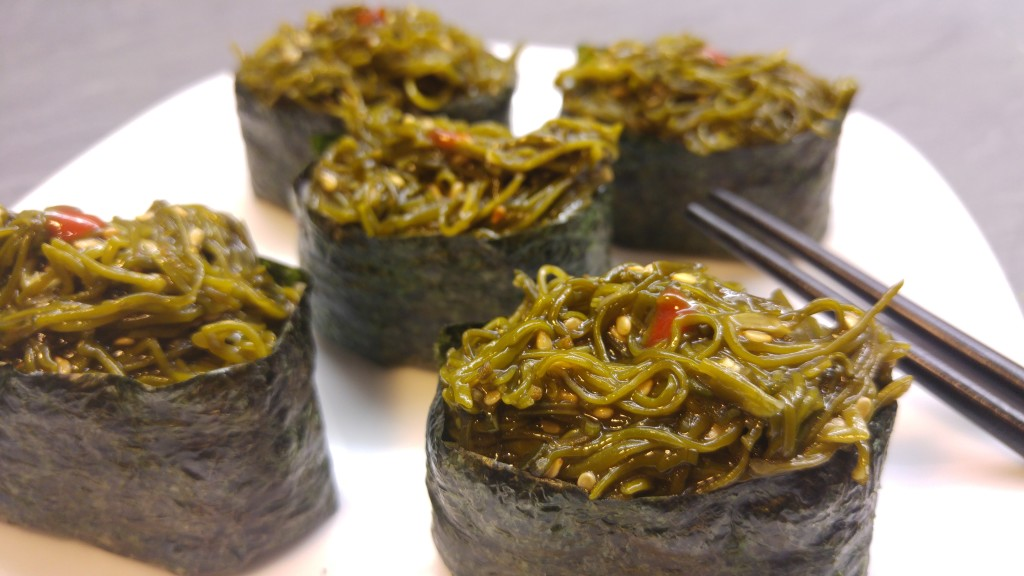 Gunkanmaki mit Wakame Algensalat und Sriracha