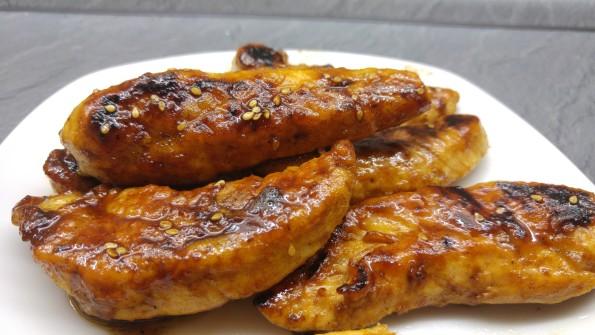 Hähnchenbrust angebraten und mit Teriyaki Sauce glasiert