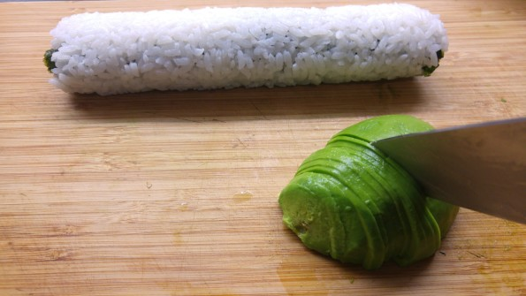 Avocado in dünne Scheiben schneiden