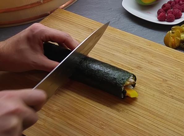 Fruchtiges Sushi - Roll schneiden