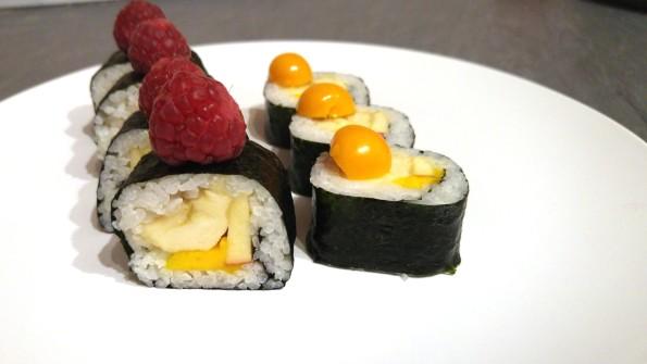 Fruchtiges Sushi mit Banane, Mango und Apfel