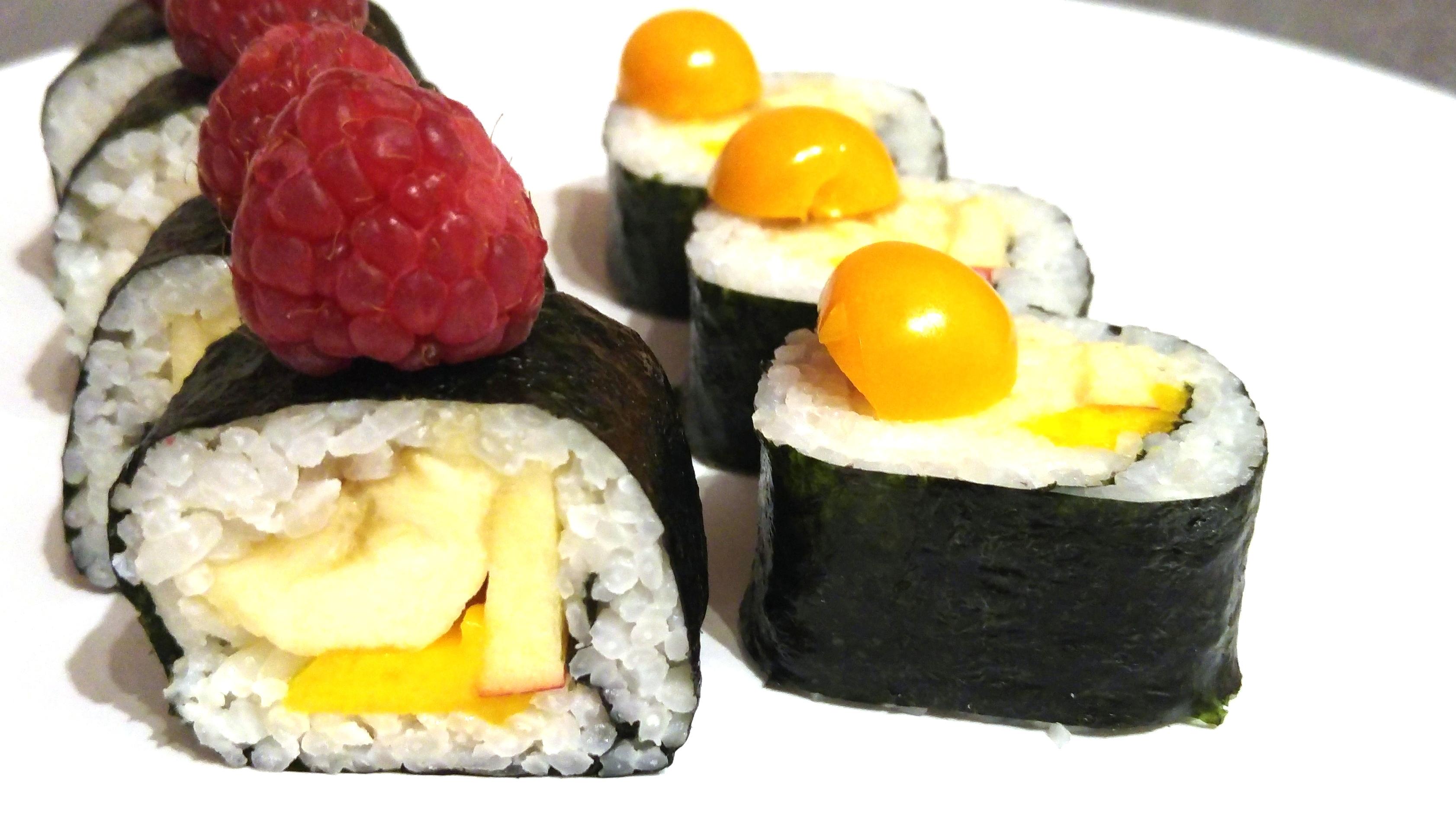 Fruchtiges Sushi mit Kokosreis, Banane, Apfel und Mango