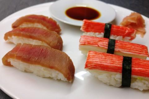 Thunfisch und Surimi Nigiri
