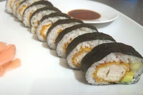 Futo Maki Sushi mit Panko-Hähnchen, Avocado und Frühlingszwiebel