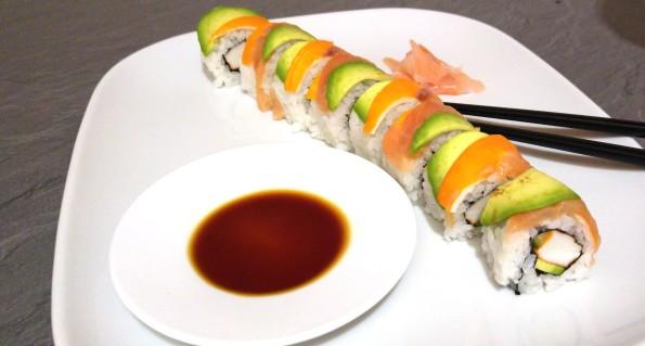 Rainbow Sushi Rolle angerichtet