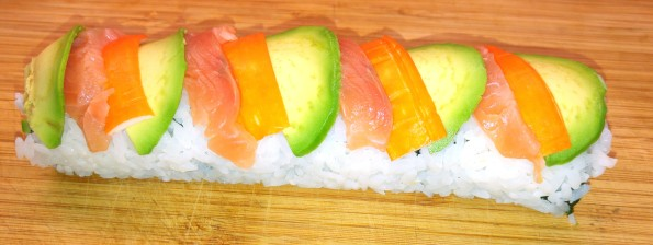 Regenbogen-Sushirolle belegt
