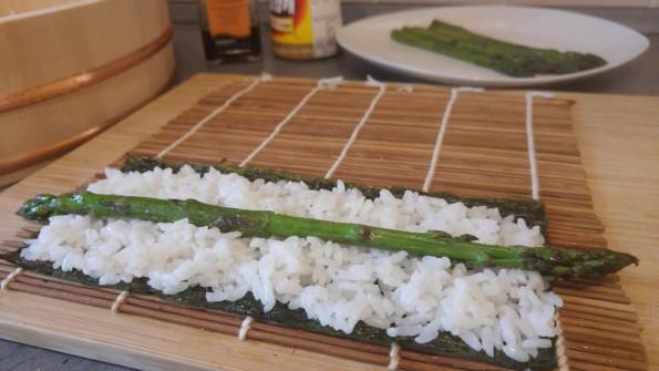 Maki Sushi mit grünem Spargel vorbereitet