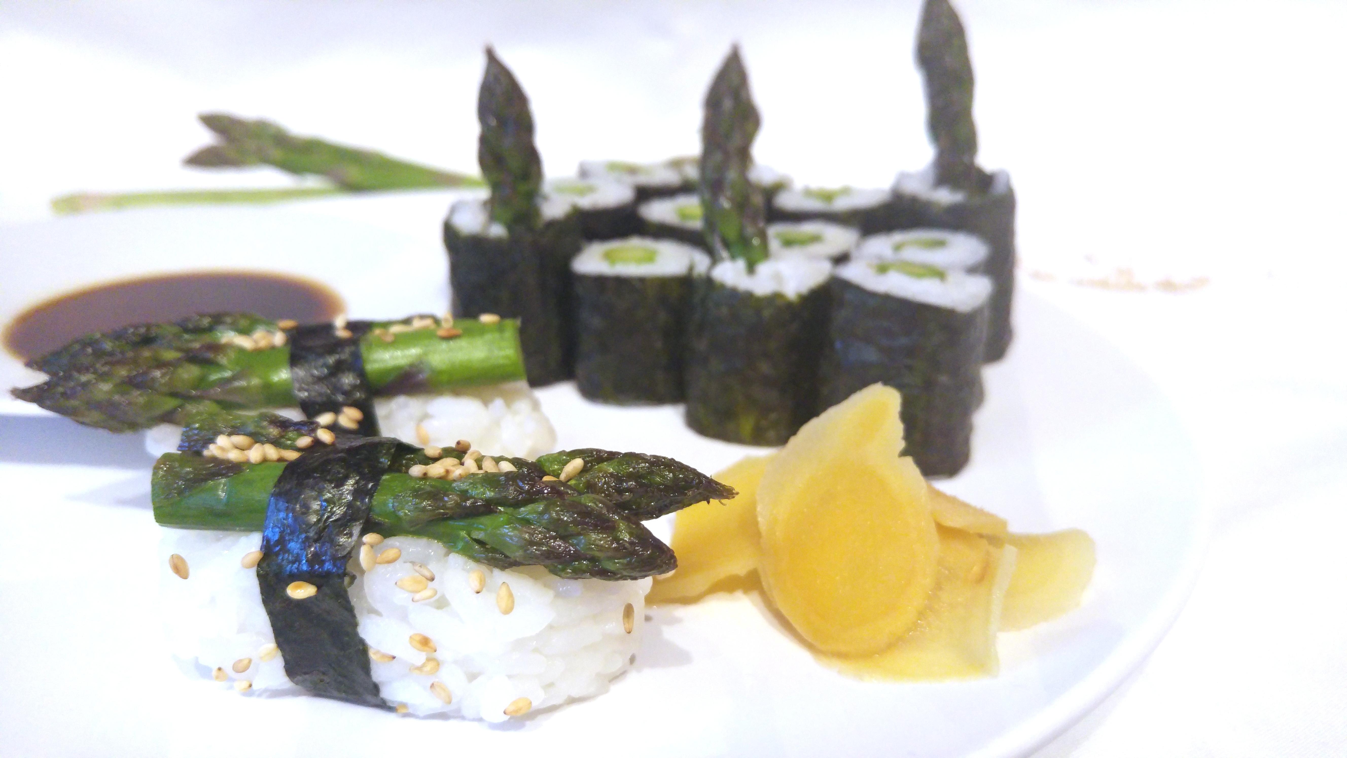 Nigiri und Maki Sushi mit grünem Spargel