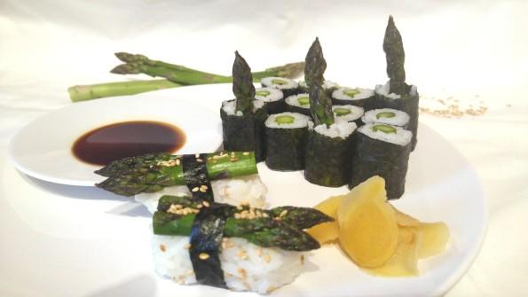 Sushi mit grünem Spargel