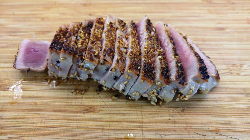 Aufgeschnittenes Thunfischsteak mit Sesamkruste: außen knusprig und innen roh