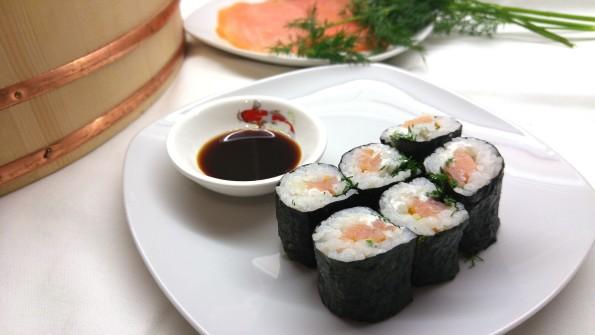 Hoso Maki Sushi mit Räucherlachs, Frischkäse und Dill