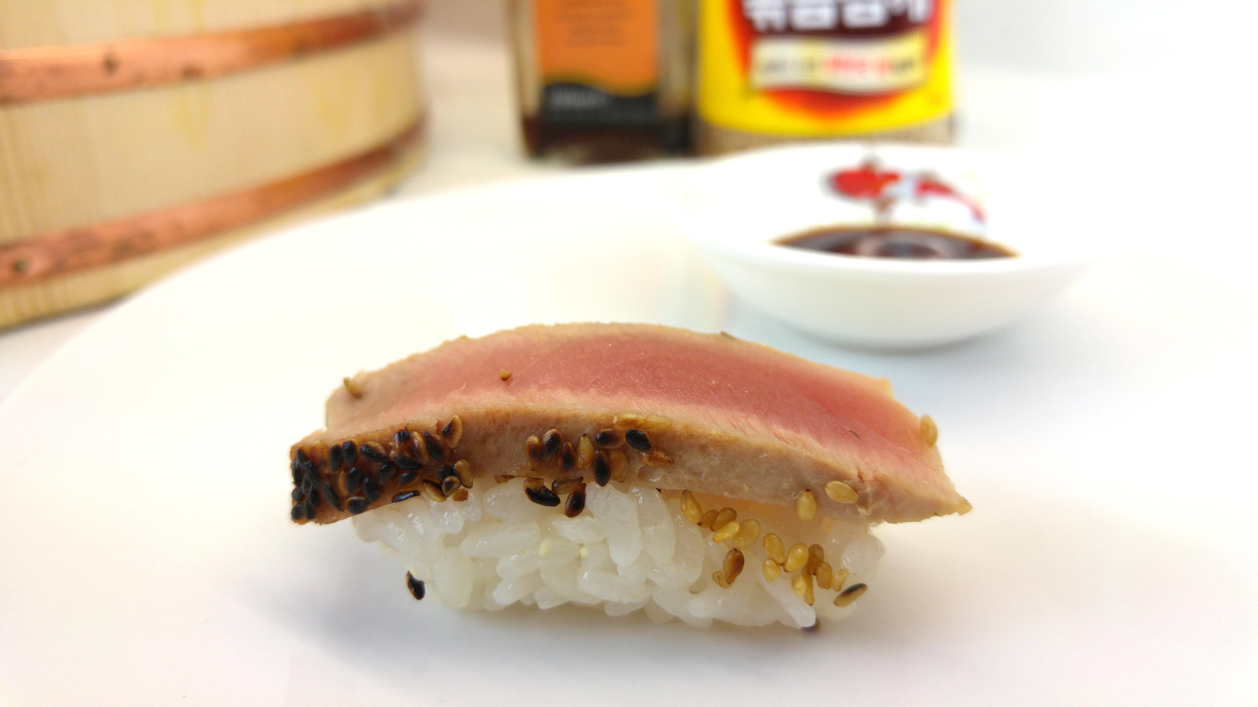 Nigiri Sushi mit gebratenem Thunfisch in Sesamkruste
