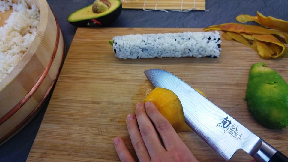 Dünne Streifen von der Mango schneiden