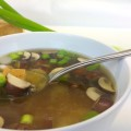 Japanische Miso Suppe mit Pilzen und Tofu