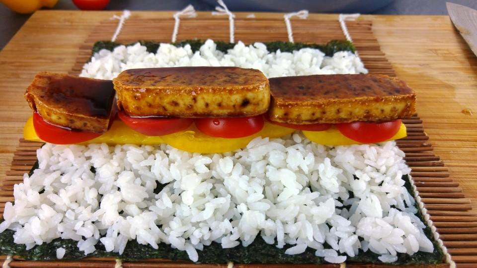 Norialge mit Paprika, Tomate und Teriyaki Tofu belegen