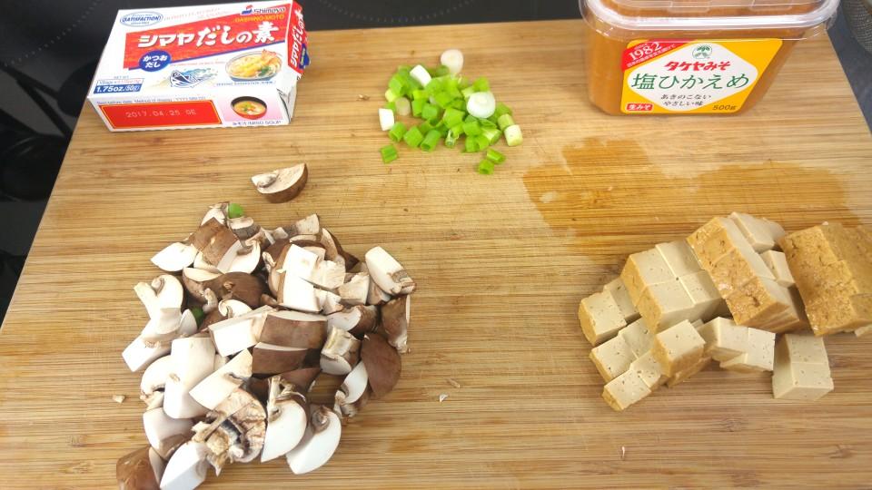 Pilze, Tofu und Frühlingszwiebel für die Miso Suppe vorbereitet