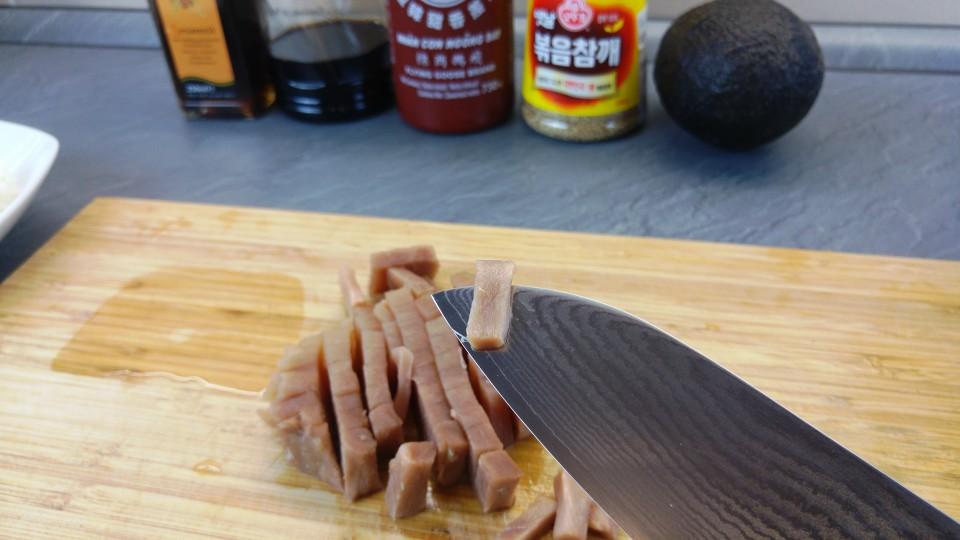 Rohen Thunfisch in feine Stücke schneiden
