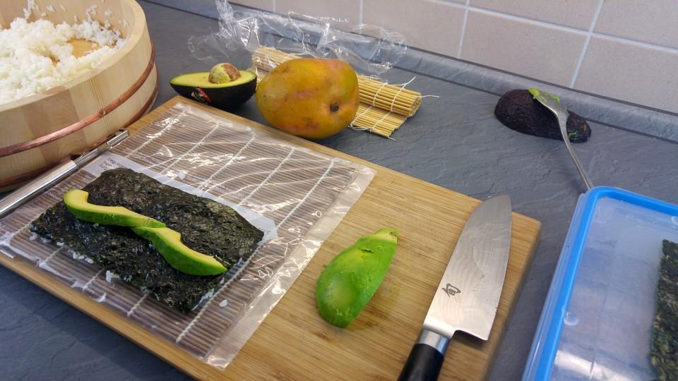 Sushirolle mit Avocado belegen