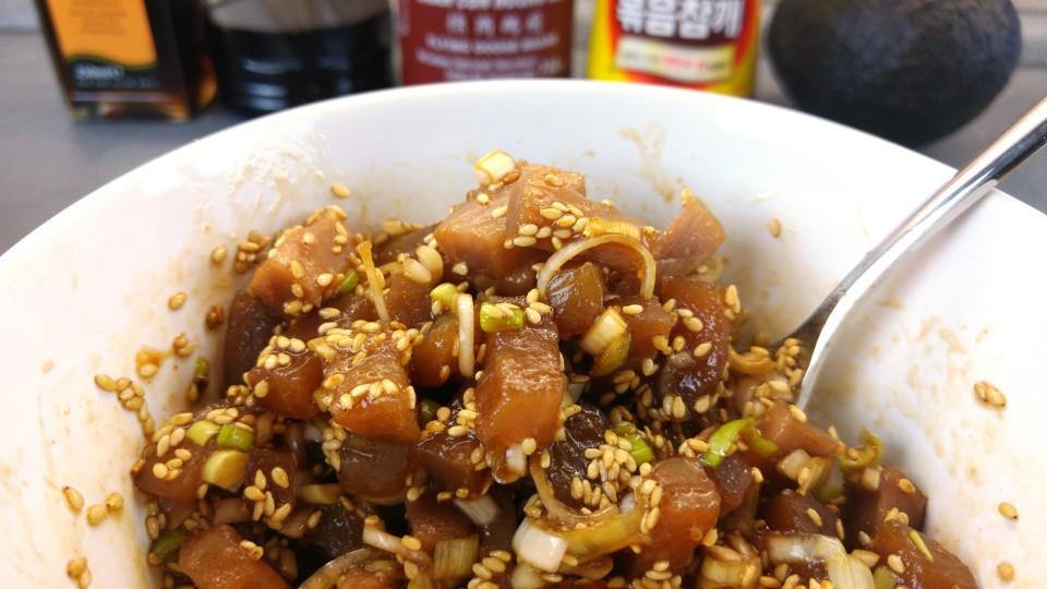 Rohen Thunfisch mit würziger, japanischer Sauce vermengen