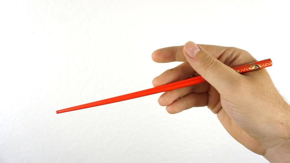 Haltung in der Hand: unteres Stäbchen