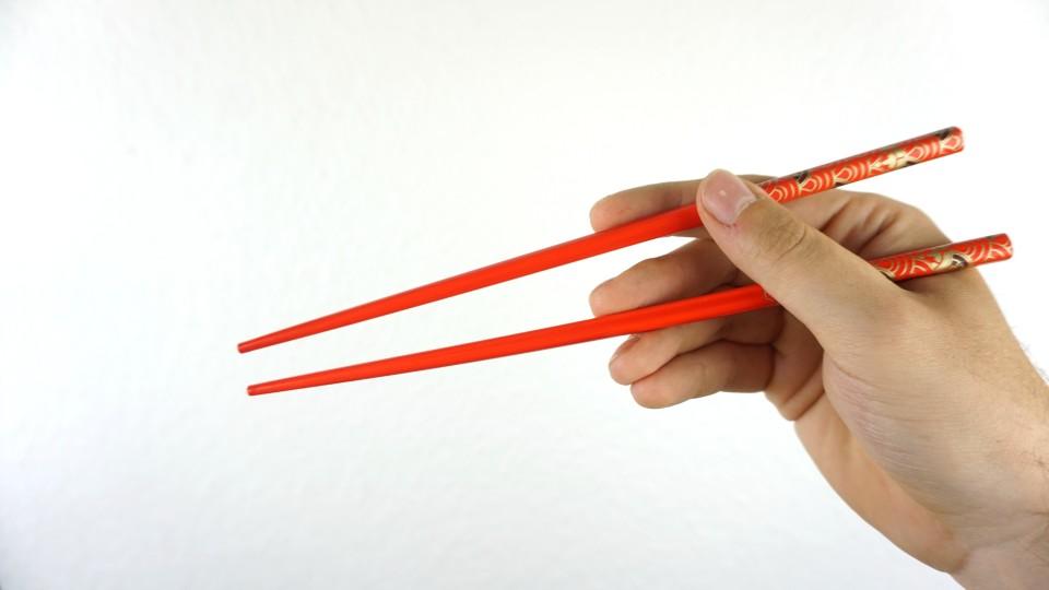 Haltung in der Hand: beide Essstäbchen