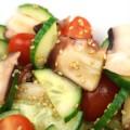 Japanischer Oktopus Salat mit Tomate, Gurke und Dressing aus Reisessig, Sojasauce, Zucker und geröstetem Sesam