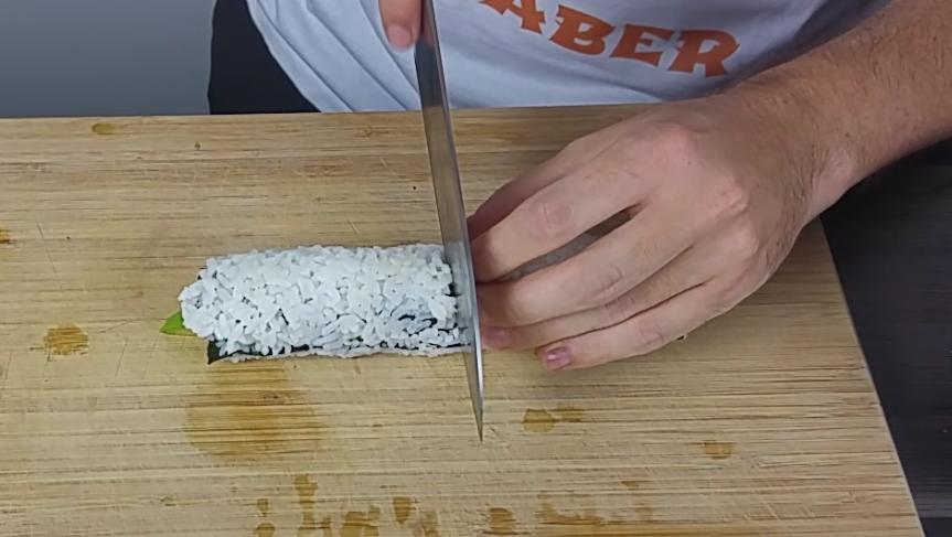 California Sushi Rolle schneiden
