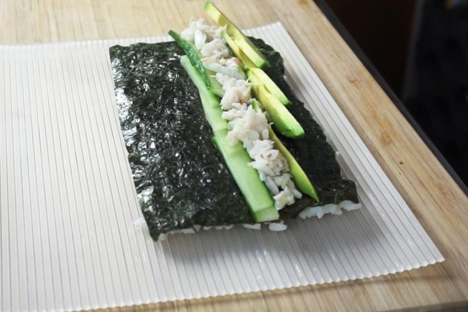 Nori Alge mit Kresbfleisch, Avocado und Gurke belegen