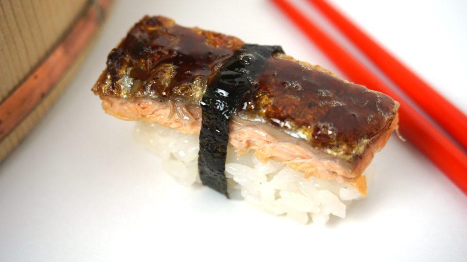 Nigiri Sushi mit knusprig gebratener Lachshaut