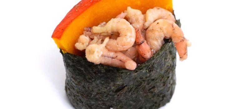 Gunkanmaki Sushi mit Nordseekrabben und Hokkaido Kürbis