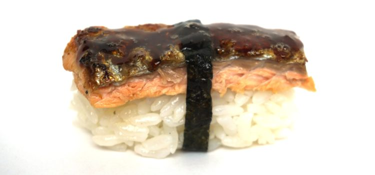 Nigiri Sushi mit knusprig gebratener Lachshaut und Teriyaki Sauce