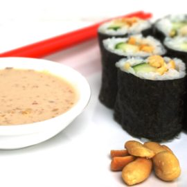Hoso Maki Sushi mit Gurke und Saté