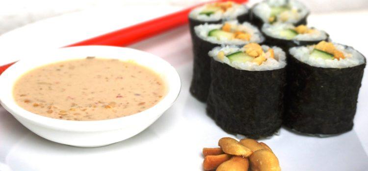 Maki Sushi mit Gurke und Saté/Erdnussauce