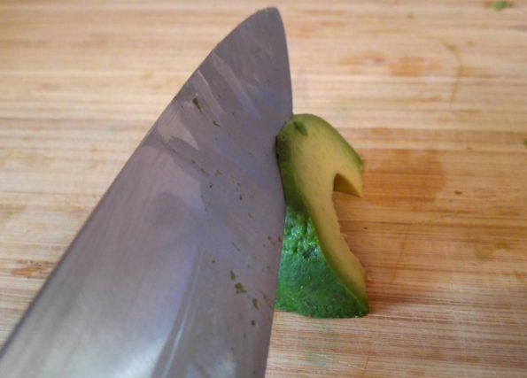 Avocado in feine Scheiben schneiden