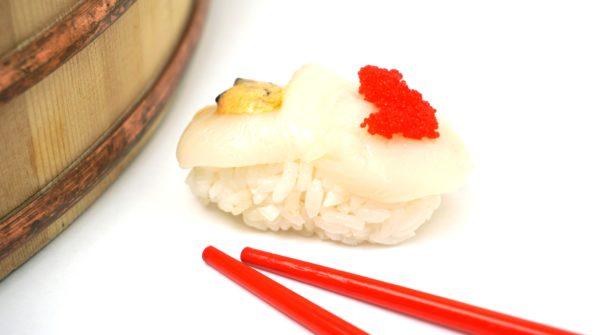 Nigiri Sushi mit roher Jakobsmuschel angerichtet