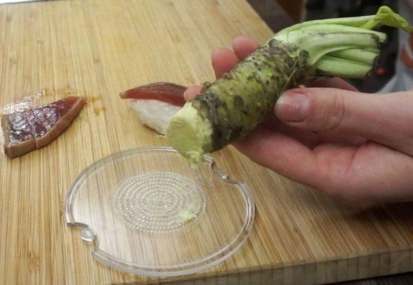 Frischen echten Wasabi reiben