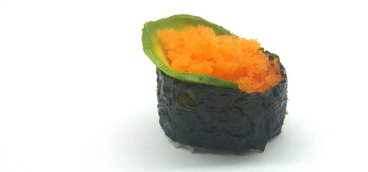 Gunkanmaki mit Masago und Avocado Nahaufnahme