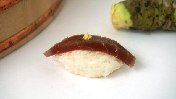 Eingelegter roher Thunfisch als Nigiri Sushi mit echtem Wasabi