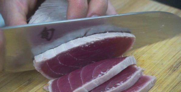 Thunfisch gegen die Richtung der Faser schneiden