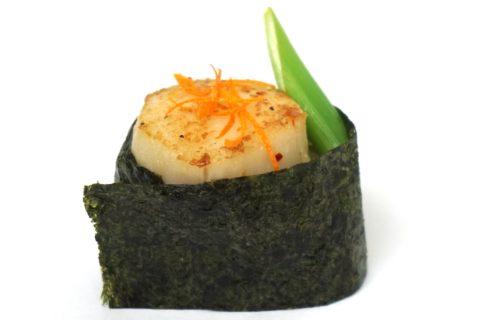 Gunkanmaki Sushi mit gebratener Jakobsmuschel