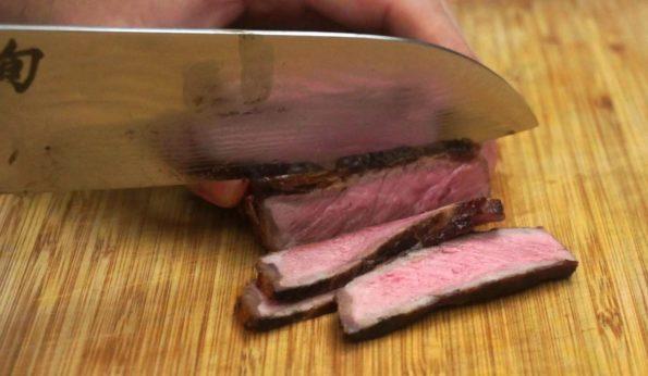 Steak in feine Streifen schneiden