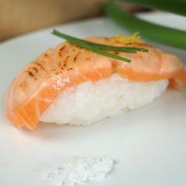 Nigiri Sushi mit flammbiertem Lachs